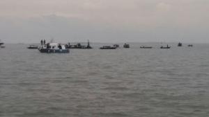 Aparat terkait dan warga membantu evakuasi Korban tenggelamnya Pompong ruter Penyengat-Tanjungpinang