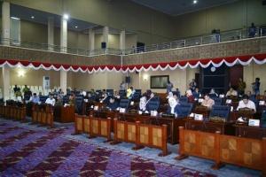Anggota DPRD Kepri mendengarkan pemaparan Gubernur dan Ketua DPRD Kepri