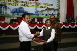 Gubernur Provinsi Kepri dan Ketua DPRD Provinsi Kepri Berjabat Tangan