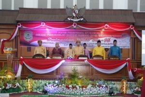 Walikota, DPRD Kota Tanjungpinang dan para tamu undangan menyanyikan lagu Indonesia Raya