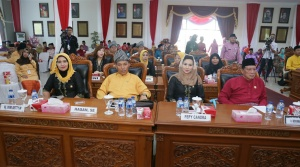 Anggota DPRD Kota Tanjungpinang sedang mendengarkan pidato Walikota Tanjungpinang, H. Lis Darmansyah