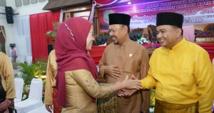 Wakil Ketua DPRD Kota Tanjungpinang menyambut hangata Mantan Walikota Tanjungpinang Hj. Suryatati A. Manan