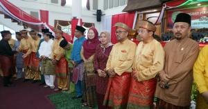 Dari sisi kanan, Ketua DPRD Kota Tanjungpinang Suparno, Walikota Tanjungpinang H. Lis Darmansyah, Asisten I Reni Yusneli dan mantan Walikota Tanjungpinang Hj Suryatati A. Manan