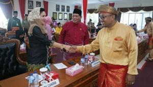 Walikota Tanjungpinang menyalami seluruh Anggota Legislatif Kota Tanjungpinang yang hadir dirapat Paripurna Hut Otonom Kota Tanjungpinang