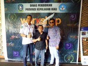 Ketua Panitia Work Shop, Irwan Panggabean ST. MH dan Ketua PWI Kepri Ramon Damora