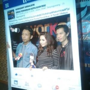 Vokalis Vira Band, Vira Respaty digerebuti fans dari peserta Work Shop Jurnalis