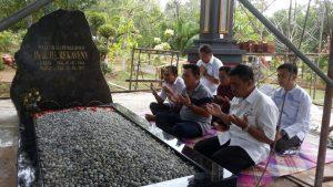 Ansar Ahmad dan beberapa tamu lainnya jiarah kemakam Almarhumah Hj Rekaveny