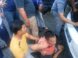 Diduga pelaku pengedar Narkoba di Hotel Comfort berkaos orange