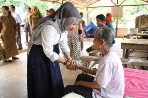 Hj Yuniarni Pustoko Weni bersalaman hangat dan erat serta memberikan semangat kepada Sukiyah