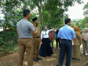 Lis dan Weni Ketua PKK Kota Tanjungpinang memantau dan bertekad membantu renovasi rumah serta kesehatan Sukiyah