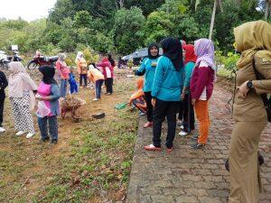 Ketua RT dan warga sekitar bergotong royong membersihkan halaman sekitar rumah Sukiyah